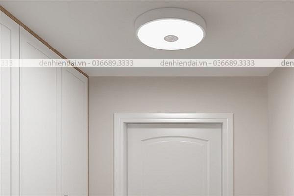 Đèn âm trần cảm biến thường được lắp đặt gần cửa ra vào, lối đi