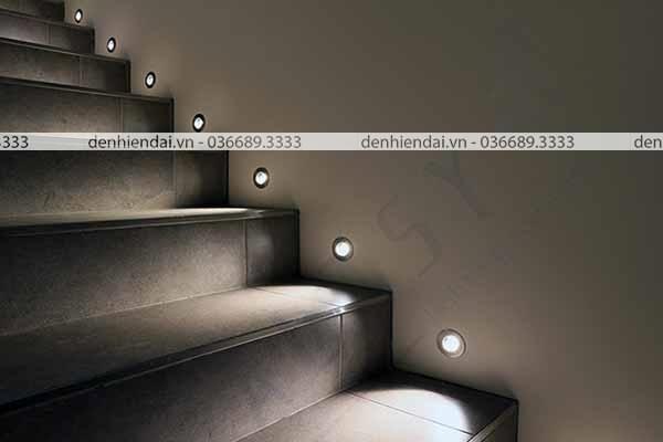 Đèn hắt cầu thang được thiết kế âm tường, chạy dọc theo các bậc của cầu thang