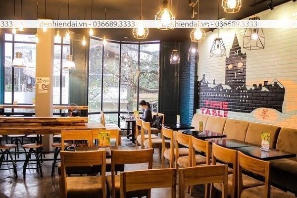Đèn trang trí gam màu vàng ấm thu hút khách hàng ngay từ lần đầu vào quán